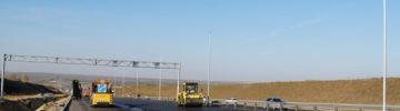 На 12,5-километровом участке автодороги М-4 «Дон» (км 1024 – км 1036+823) в разделительной полосе по оси основного хода ООО «Сигнал-Строй» продолжает монтаж опор наружного освещения
