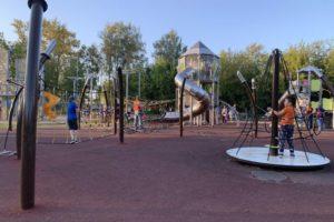 В шести подмосковных парках появились уникальные детские игровые зоны