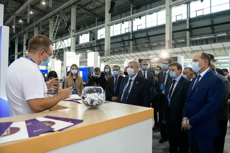 Владимир Якушев на 100+ Forum Russia: «Наши ориентиры — эффективность, экологичность, эргономика стройки»