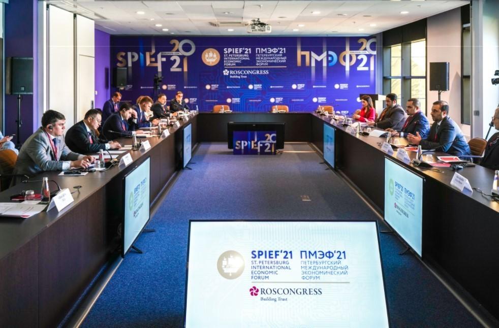 Министра строительства и ЖКХ РФ провел встречу с исполнительным директором Qatari Diar на ПМЭФ-2021